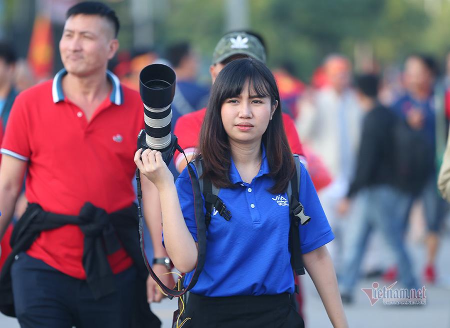 Nữ phóng viên Thái Lan 'choáng ngợp' với không khí Mỹ Đình