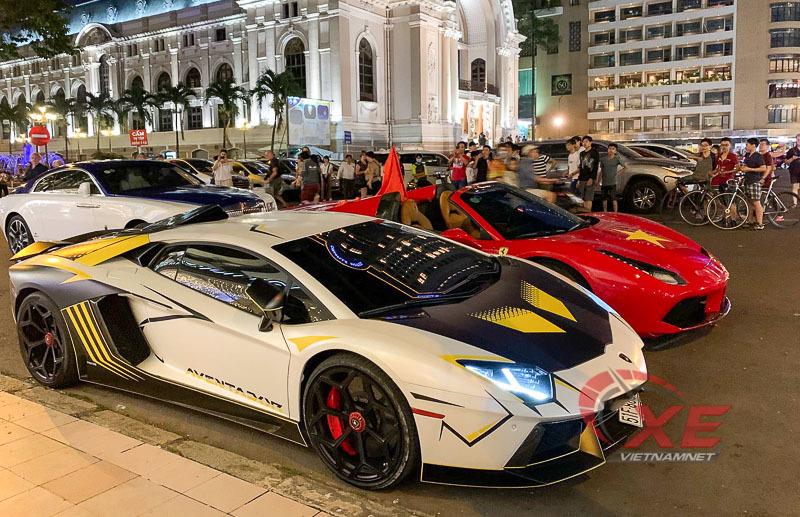 Đại gia Việt lái siêu xe nẹt pô cổ vũ Việt Nam đấu Thái Lan