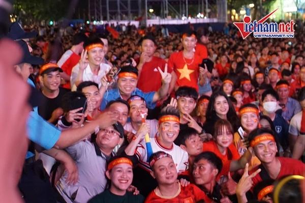 Đàm Vĩnh Hưng 'quẩy' cùng hàng ngàn cổ động viên ở phố đi bộ