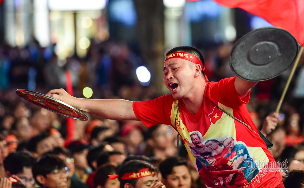 Đàm Vĩnh Hưng khuấy động phố đi bộ, hát cổ vũ tuyển Việt Nam