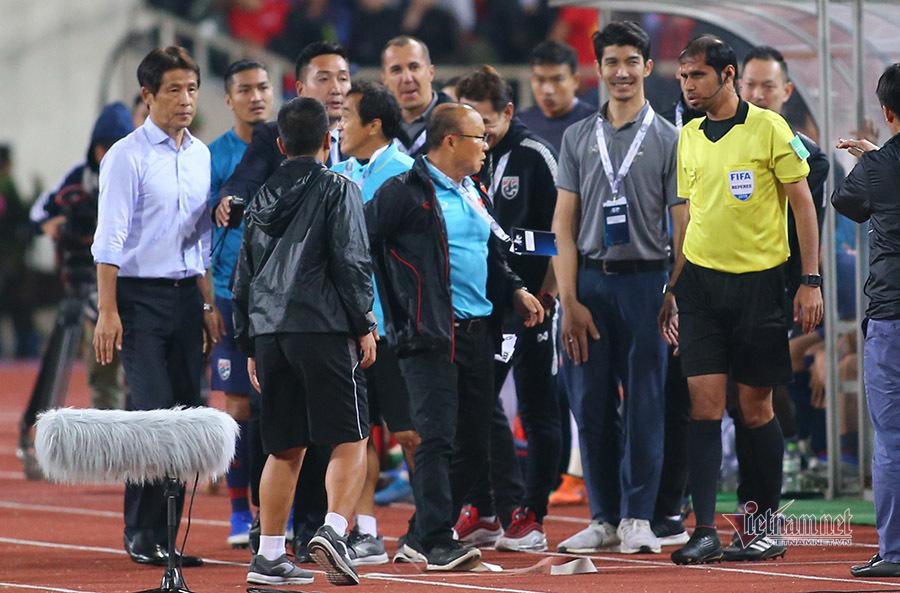 Trợ lý Thái Lan cười mỉa, HLV Park Hang Seo nổi giận