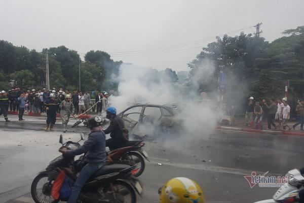 Xe Mercedes cháy rực, người phụ nữ bị cuốn vào gầm tử vong