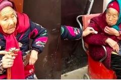 Tan chảy xem mẹ trên trăm tuổi cho con gái chiếc kẹo