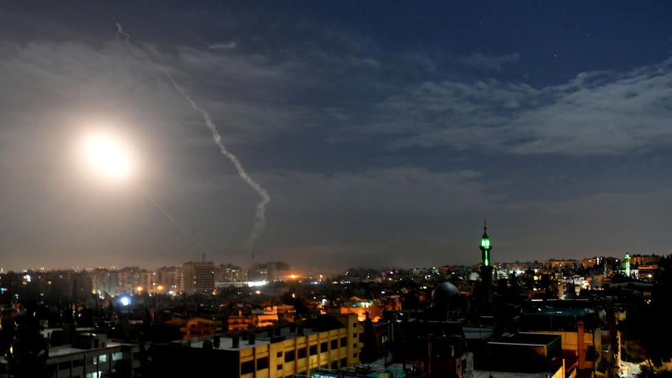 Israel dội mưa tên lửa bắn phá, Syria quyết liệt đáp trả