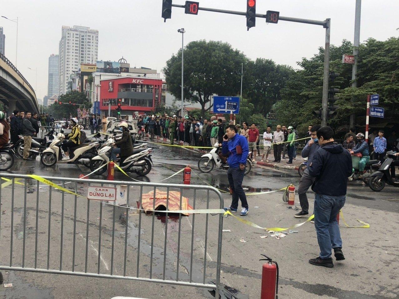 Xe Mercedes cháy rực ở Lê Văn Lương, tài xế là phụ nữ