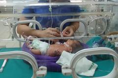 Thai phụ tiểu ra máu cục, bác sĩ khẩn cấp mổ bắt thai non