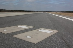 2 ngôi mộ bí ẩn trên đường băng sân bay