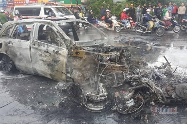 Mercedes cháy rực làm 1 người chết do đâm vào xe máy chở bình ga
