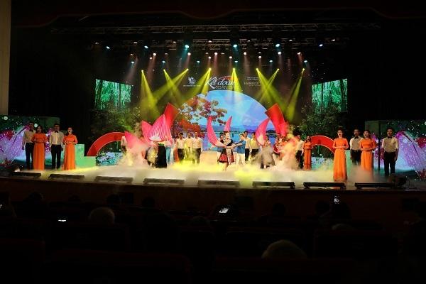 Việt Nam tuyệt đẹp trong chương trình nghệ thuật 'Kết đoàn toàn dân'