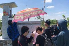 Ngày 20/11, học trò đi 45 km thăm mộ thầy chủ nhiệm vừa qua đời