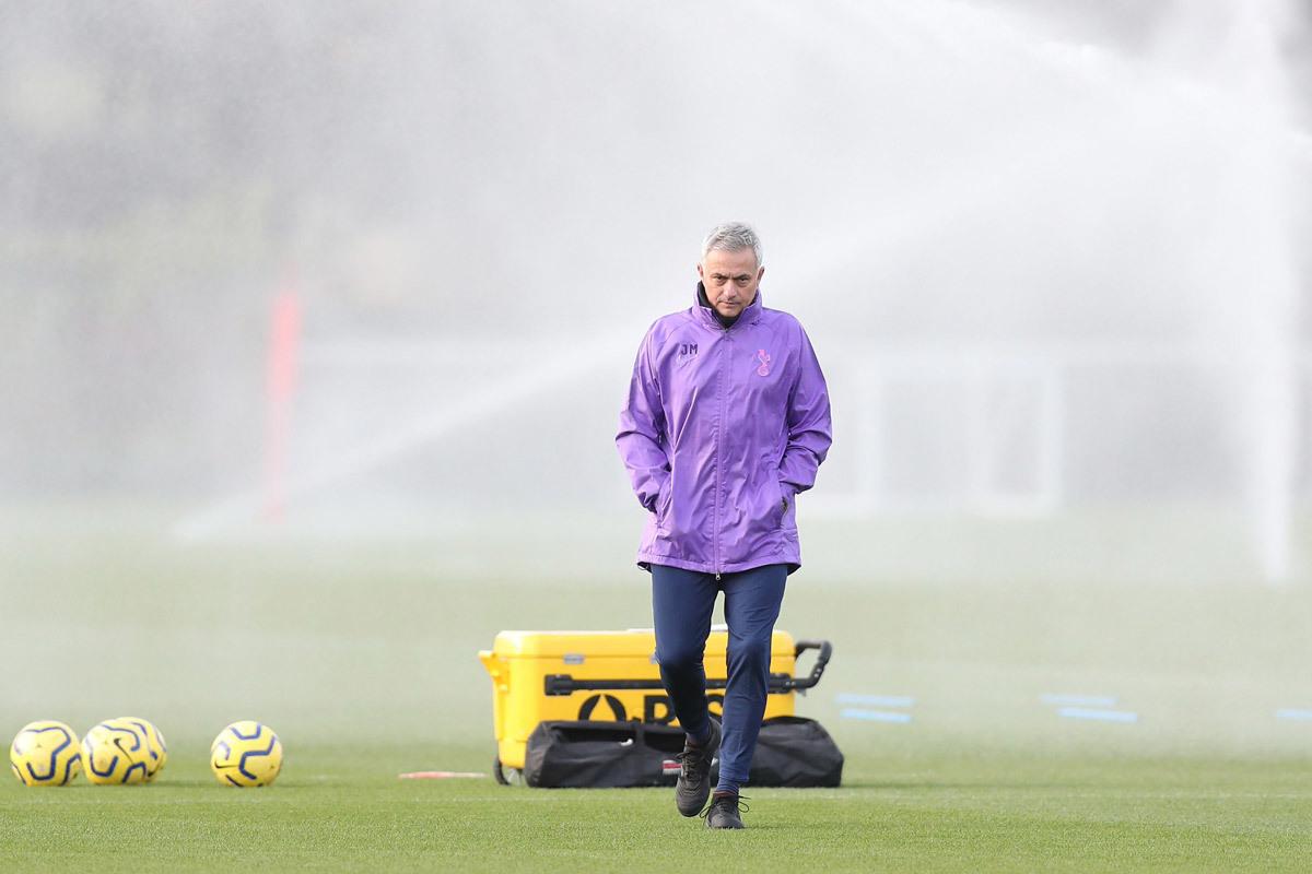 Mourinho dẫn Tottenham, cái bắt tay vì đồng tiền