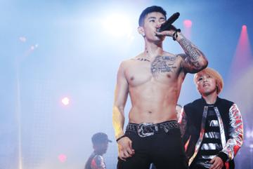 Jay Park khoe fan ném vô số nội y lên sân khấu