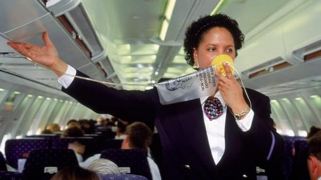 Điều gì xảy ra nếu hành khách mở cửa máy bay đang bay?