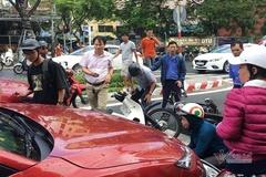 Xế hộp tông loạt xe máy dừng đèn đỏ ở Đà Nẵng, 2 người bị thương