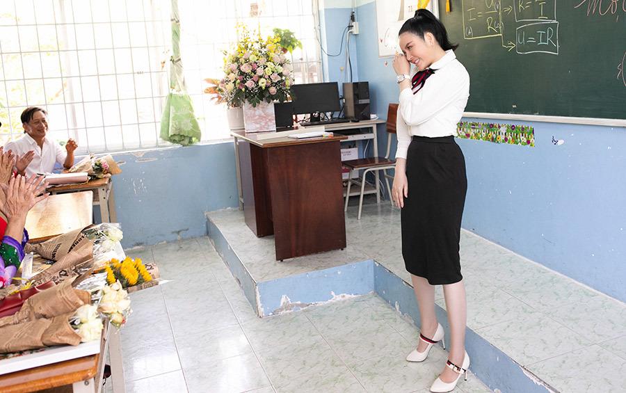 Lý Nhã Kỳ tặng nửa tỷ đồng học bổng ngày quay về trường cũ
