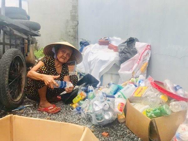 Hiện bà Nữ đang đi nhặt ve chai để kiếm tiền tiếp tục đi tìm cháu.
