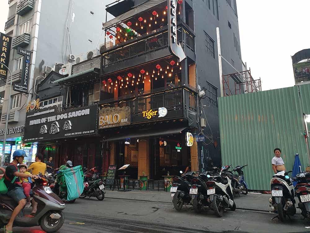 Thanh niên ngáo đá cầm dao 'quậy tưng' phố Tây Sài Gòn