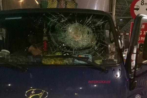 4 thanh niên dùng đá ném vỡ kính ô tô trên cao tốc Hạ Long - Vân Đồn