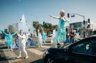Giao thông ngưng trệ vì sự xuất hiện có một không hai của dàn sao 'Frozen'