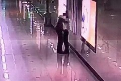 Người phụ nữ TQ ôm người lạ bật khóc vì tăng ca liên tục