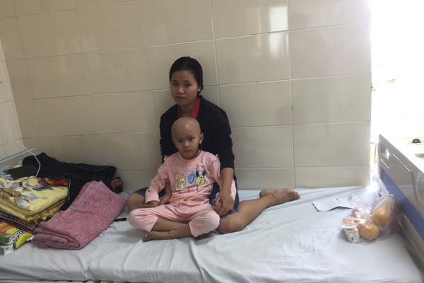 Mất mùa vì lũ lụt, gia đình bệnh nhi ung thư lâm vào bước đường cùng