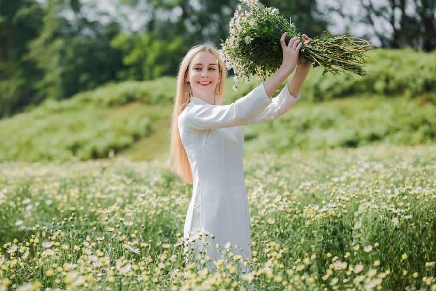 Thiếu nữ Tây mặc áo dài, đội nón lá khoe sắc tại thảo nguyên hoa