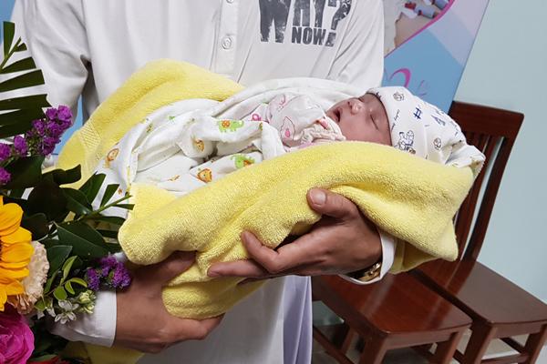 Cứu sống trẻ sơ sinh nguy kịch chuyển từ Lào sang Việt Nam