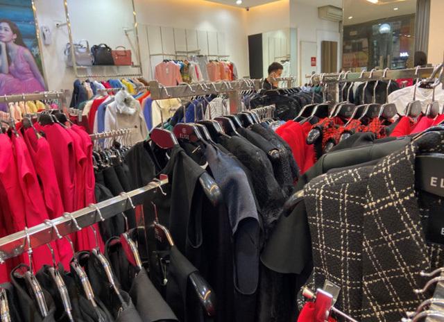 Giảm 50%, giá quần áo thương hiệu Việt đắt hơn các thương hiệu bình dân quốc tế