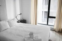 Vì sao đa số ga trải giường trong khách sạn có màu trắng?