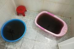 Vỡ đường ống nước sinh hoạt, trăm người dân dùng nước màu cà phê
