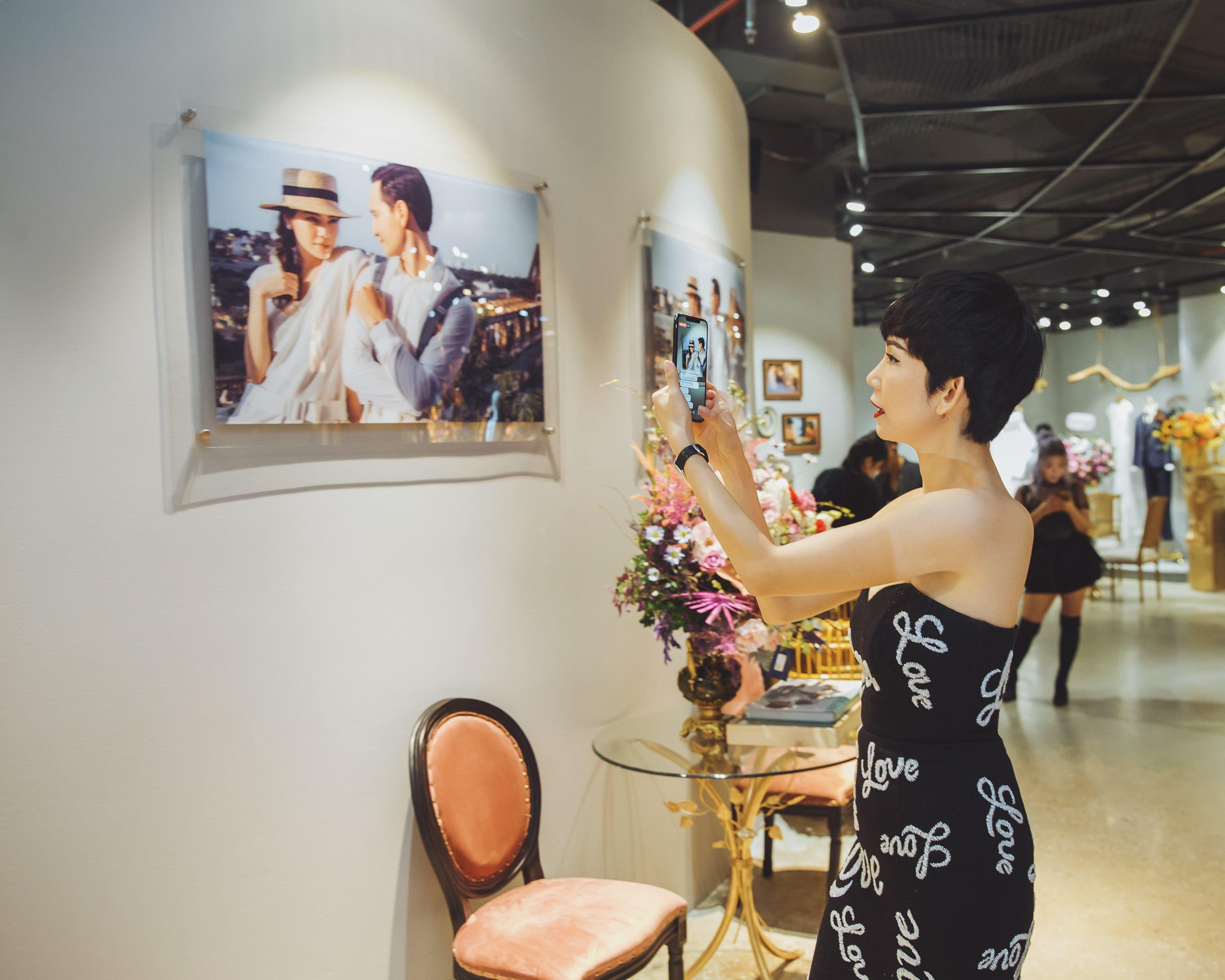 Hồ Ngọc Hà sóng đôi cùng Kim Lý ngồi xem Lệ Quyên diễn thời trang