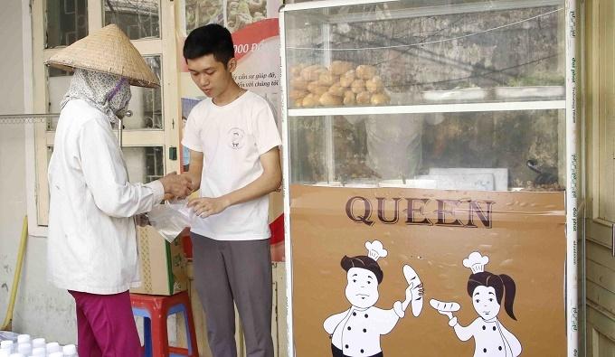 Ông chủ 27 tuổi mở quán bánh 0 đồng, nhận 200 nụ cười mỗi ngày