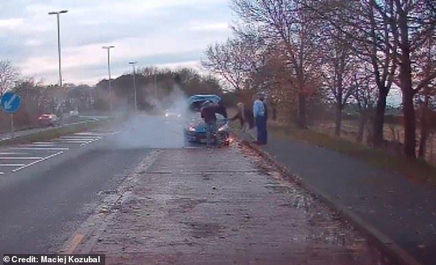 Hành động đáng ngưỡng mộ của tài xế: Dập lửa cho xe người lạ