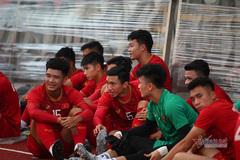 Đến sân sớm, U22 Việt Nam bất đắc dĩ phải xem... trọng tài tập