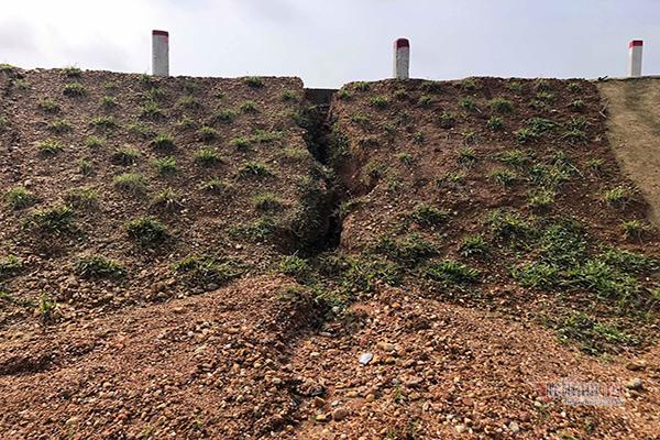 Dân vùng lũ Hà Tĩnh chưa kịp vui, 2 cầu 8 tỷ vừa xây đã nứt