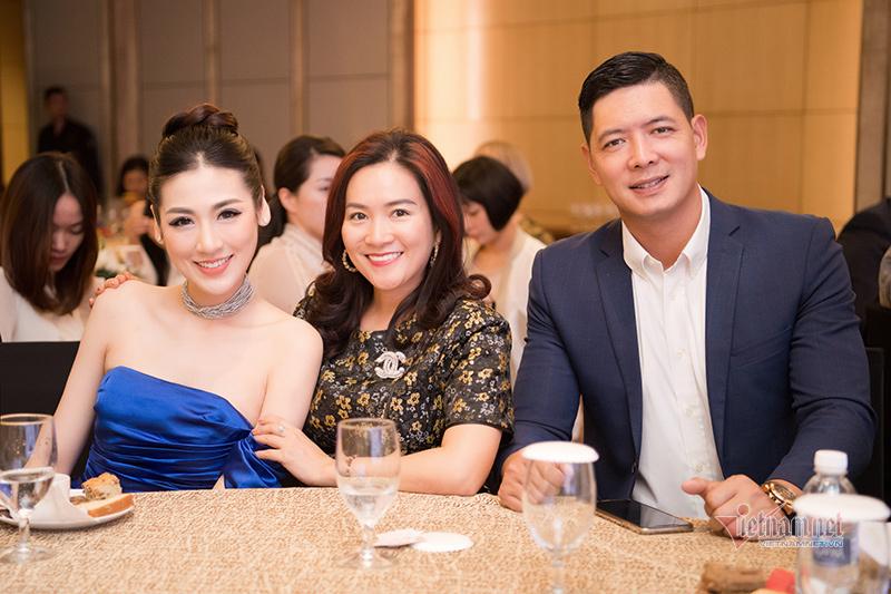 Dương Tú Anh gợi cảm bên vợ chồng siêu mẫu Bình Minh
