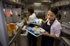 Các hãng hàng không sống nhờ mì tôm, gấu bông như thế nào