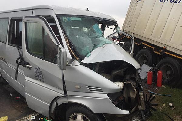 Nhân chứng kể phút xe khách bị tông biến dạng, tài xế kẹt cứng trong cabin