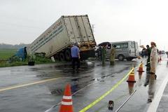 Xe container tông xe khách biến dạng phần đầu, 3 người chết ở Quảng Ngãi