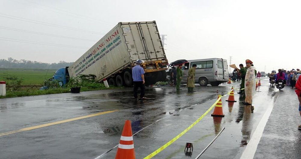 Xe container tông xe khách biến dạng phần đầu, 2 người chết ở Quảng Ngãi