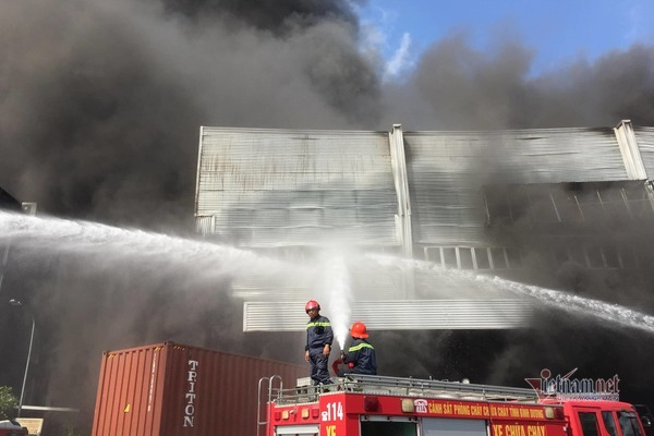 Cháy lớn ở Bình Dương, cột khói đen bốc cao hàng trăm mét