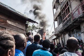 Máy bay rơi xuống khu dân cư, 18 người chết thảm
