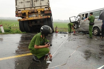 Three die, 10 injured inQuang Ngai road accident