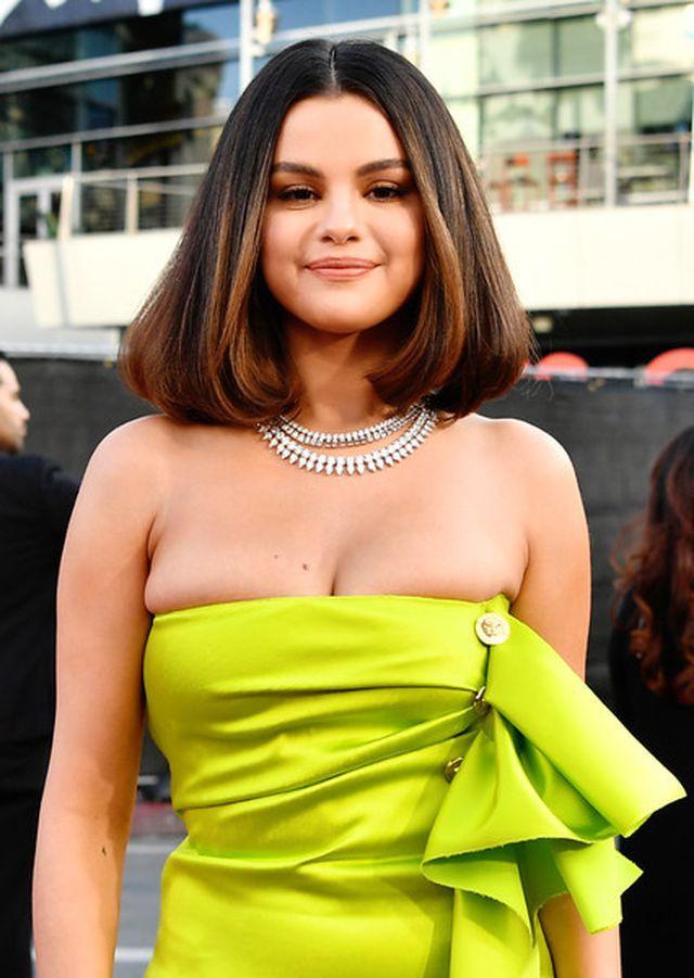 Selena Gomez diện váy tôn vòng 1 tại lễ trao giải American Music Awards 2019