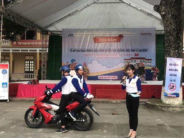 Tặng mũ bảo hiểm Honda cho học sinh Thanh Hóa
