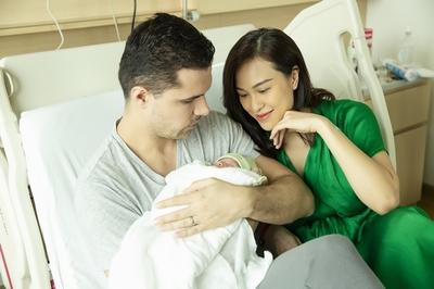 Chồng Tây một tay chăm Phương Mai và con trai mới sinh