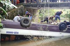 Tránh xe tải, xe khách bẻ lái rơi xuống sông, 3 người đi cấp cứu