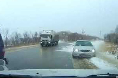 Ô tô mất lái, đâm liên hoàn do băng tuyết gây trơn trượt