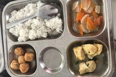 Phụ huynh bức xúc vì bữa ăn lèo tèo đậu phụ, chả cá đông lạnh