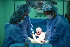 Đòi sinh con thuận tự nhiên trong tư thế đứng ở bệnh viện, sản phụ suýt mất con